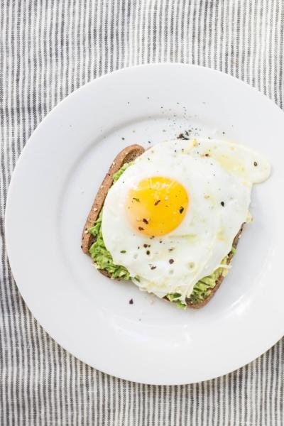 Fai il carico di proteine a colazione: aiutano a tenere a bada il senso di fame.