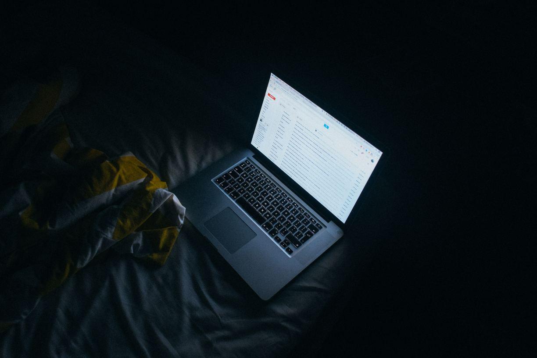 Per favorire il riposo notturno, oltre che assumere la tisana per dormire della Dott.ssa Panazzolo di Naturalmente Erboristeria, diminuisci il tempo che passi davanti agli schermi
