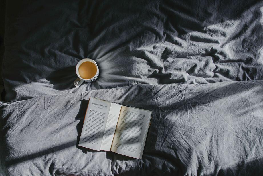 Assapora la tisana per dormire della Dott.ssa Panazzolo di Naturalmente Erboristeria assieme ad un buon libro
