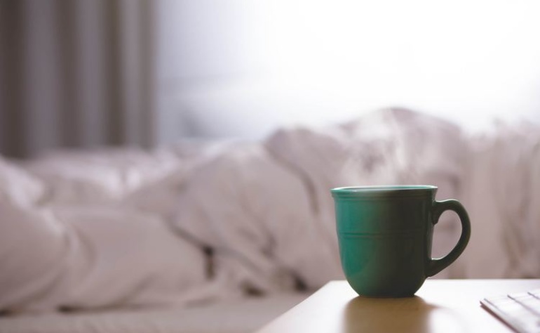 Stai cercando una tisana per dormire? Ecco quali piante officinali ti possono aiutare.